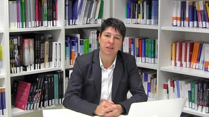 Prof. Dr. Clarissa Kurscheid begrüßt Interessenten der praxisHochschule